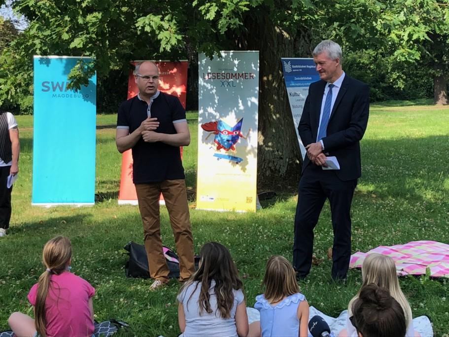 Eröffnung Lesesommer XXL Sachsen Anhalt im Zoo Magdeburg_vlnr: Dirk Wilke / Zoo-Geschäftsführer, Thomas Plewe / Präsident des Landesverwaltungsamtes Sachsen-Anhalt